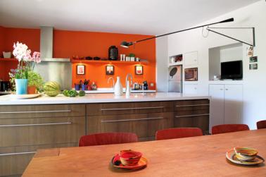 Couleur peinture cuisine murs orange et blanc for Cuisine peinture orange