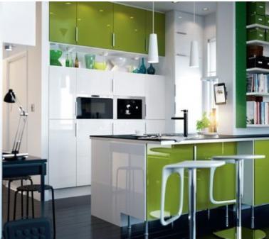 aménager une petite cuisine ikea dans un espace ouvert sur salon. grand linéaire de meubles haut couleur blanc laqué et en vis à vis ilot central avec meuble plaque cuisson et four. Plan de travail en granit noir