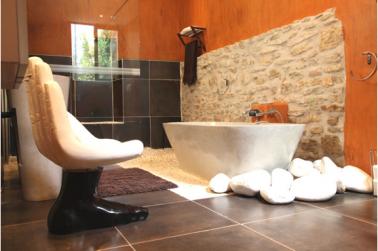 D co salle de bain design sol anthracite murs enduit orange for Carrelage sol couleur orange