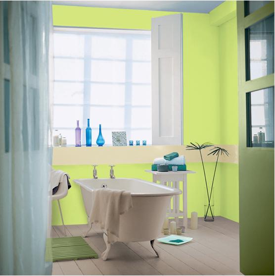 Peinture salle de bain couleur turquoise et vert pistache pour créer une dynamique autour de la baignoire îlot et du parquet repeint couleur lin