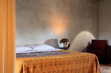 Associer la peinture orange dans salon cuisine et chambre for Deco maison orange et gris