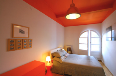 tendance couleurs chambre peinture orange sur plafond et sol. Black Bedroom Furniture Sets. Home Design Ideas