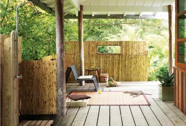 Terrasse style colonial en bambou douche ext rieure - Decorer sa terrasse exterieure ...