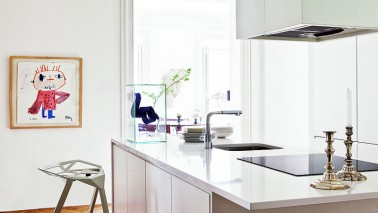 Cuisine blanche d co design et plafond avec poutres en ch ne - Peinture pour electromenager ...