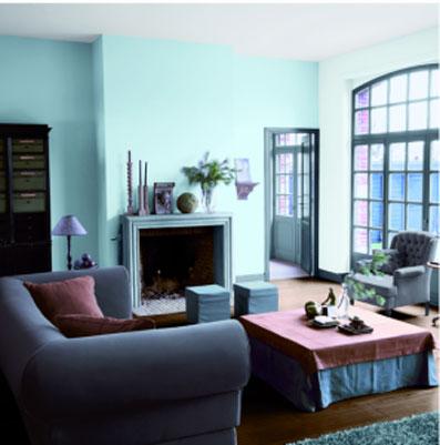 decoration salon bleu coussin vieux rose en contraste