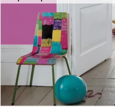 chaise peinte avec plusieurs couleurs de peintures flashy