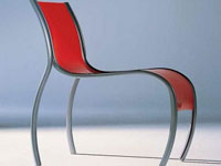Des lignes courbes et élégantes, dans sa version grise et rouge la chaise Kartell prend sa place autour de la table de salle à manger, dans un bureau, ou une salle d'attente.