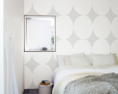 Une déco de chambre grise et blanche qui joue sur l'effet texture avec un peinture au pochoir gris perle et blanc