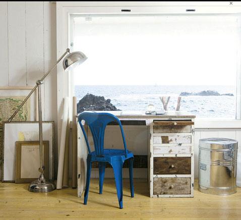 decoration chambre enfant avec un bureau en bois patiné blanc et taupe finition ciré 4 tiroirs de rangements