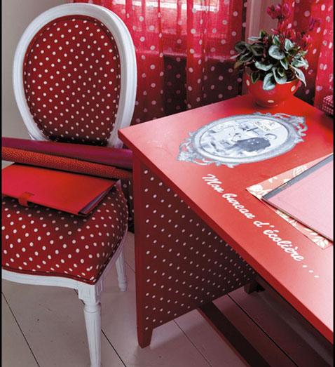 bureau chambre enfant en bois peint rouge style romantique, fauteuil rouge assorti