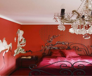 decoration chambre rouge du sol au murs-grand lustre barqoque-lit fer forgé noir, draps satin rouge