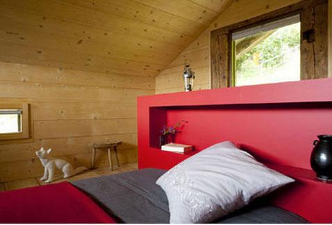 chambre am nag e dans grenier d coration rouge et gris. Black Bedroom Furniture Sets. Home Design Ideas