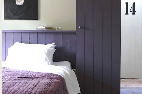 chambre t te de lit et porte peinture couleur violet. Black Bedroom Furniture Sets. Home Design Ideas