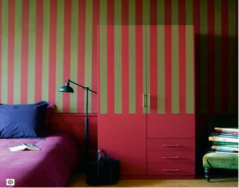 Couleur chambre papier peint rayures rouge et gris kaki - Peinture mur rouge et gris ...