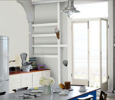 meubles de cuisine finition gris perle, plan de travail chêne foncé, table et chaises peinture bleu