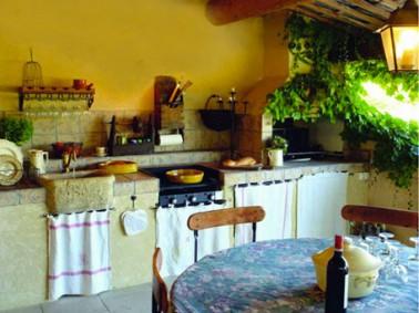 Cuisine d 39 t ext rieure sur terrasse style chineur for Amenagement cuisine provencale