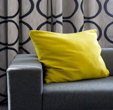 d co salon gris illumin e par la couleur jaune vif du coussin. Black Bedroom Furniture Sets. Home Design Ideas