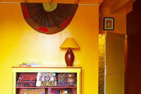 Déco chambre couleur jaune et rouge ambiance africaine