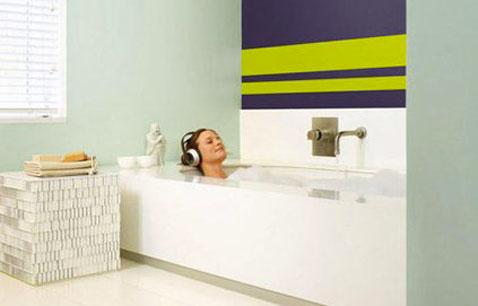 faire des bandes de peinture dans une salle de bain, bandes vert anis sur fond prune