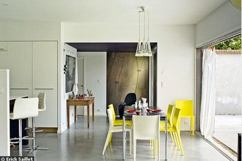 Decoration salon mur blanc casse sol gris chaises jaune - Mur gris et jaune ...