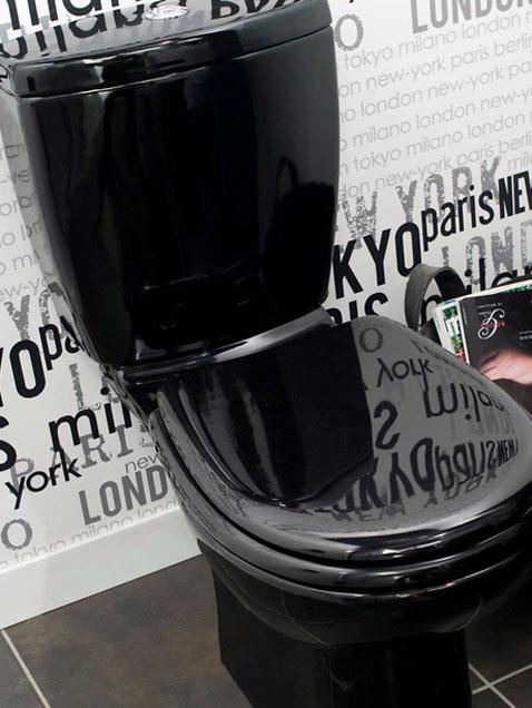 Une déco WC tendance avec cuvette design et abattant noir. Sur les murs un papier peint vintage noir et blanc