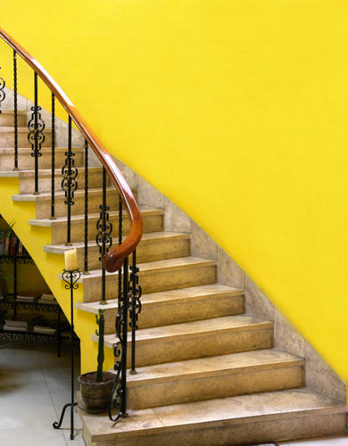 peinture escalier couleur jaune vif avec marches en pierre. Black Bedroom Furniture Sets. Home Design Ideas
