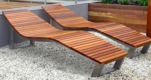 Un salon de jardin en bois de teck demande un entretien régulier pour éviter le grisement du teck. Une huile de teck appliquée chaque année résout le problème