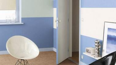 Peindre une chambre avec des bandes bleues sur murs blancs - Comment peindre une chambre en 2 couleurs ...