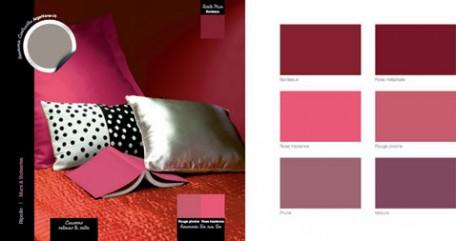 pour la decoration chambre adulte, peinture murale couleur bordeaux finition mat, linge de lit et edredon rouge pivoine, coussin tissu argente