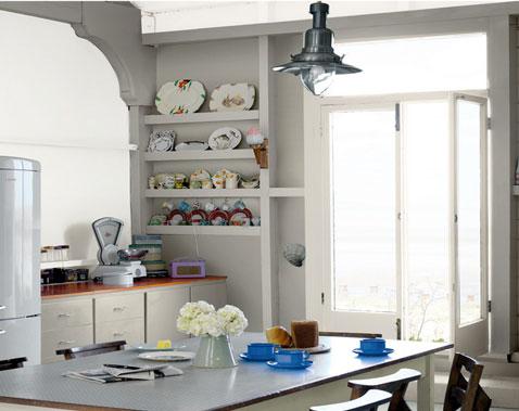 deco d'une cuisine à la campagne avec murs et meubles repeints peinture gris chaud, crédence peinture blanc cassé, Dulux Valentine