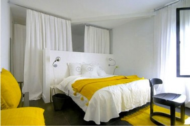decoration chambre linge de lit blanc blanc boutis coussins jaune curry. Black Bedroom Furniture Sets. Home Design Ideas