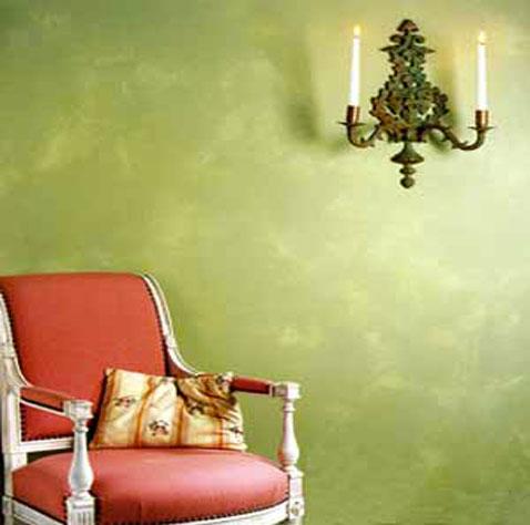 patine pour murs effet vieilli couleur vert des peintures Blancolor série les Effets du Temps fauteuil joliment associée à un fauteuils Louis XV vieux rose