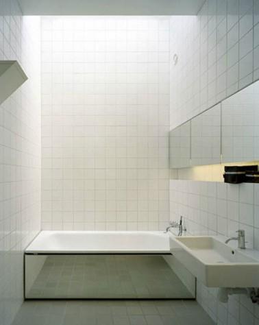 petite salle de bain carrelage blanc tablier baignoire en