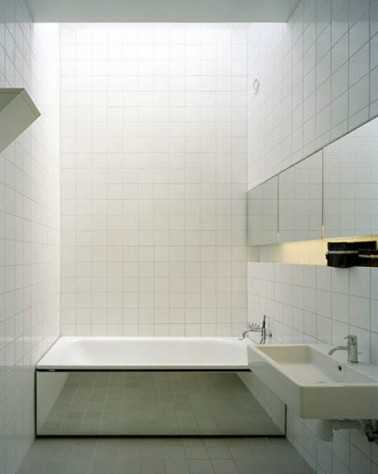 Petite salle de bain carrelage blanc tablier baignoire en for Salle de bain grand carrelage