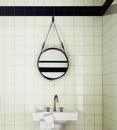 Salle de bain avec carrelage blanc et bande noire sur for Salle bain carrelage blanc