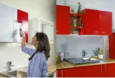 Pour peindre des meubles de cuisine en rouge ou dans les 25 autres couleurs de la gamme Résinence une couche de peinture puis une couche de résine pour la protection des façades des meubles de cuisine