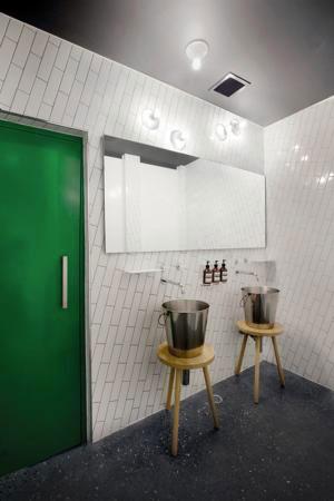 salle de bain design carrelage blanc pose diagonale. Black Bedroom Furniture Sets. Home Design Ideas