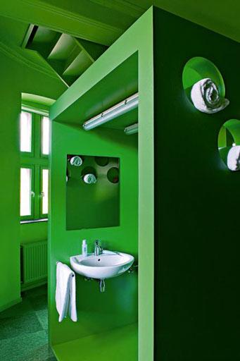 Salle de bain design couleur peinture vert urbain et noir for Salle de bain style urbain