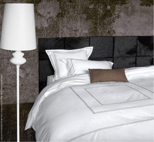 Des carreaux de cuir colorés pour fabriquer une tête de lit, décorer les murs du salon, de la chambre et même la salle de bain, le pari déco gagnant de Cuir au Carré