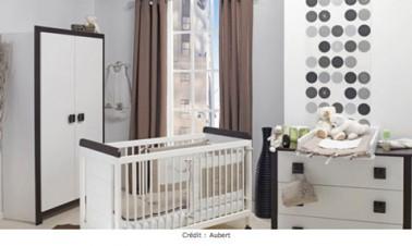 Déco chambre bébé taupe, gris et blanc. Pour la décoration d'une chambre de bébé, un gris pour la peinture murale associé à des rideaux taupe et du linge de lit couleur lin, une harmonie couleurs propice au repos