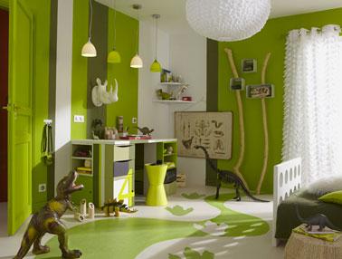 Pour marier du vert à une autre couleur dans une chambre d'enfant, le blanc et du chocolat en petites touches c'est super. Ne pas hésiter à investir les sol avec cette même harmonie de couleur avec un sol peint ou un tapis dans les mêmes tons.