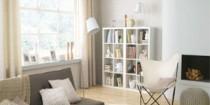 decoration-salon-peinture-couleur-blanc-casse-canape-gris-taupe-fauteuil-ivoire-luminaire-blanc