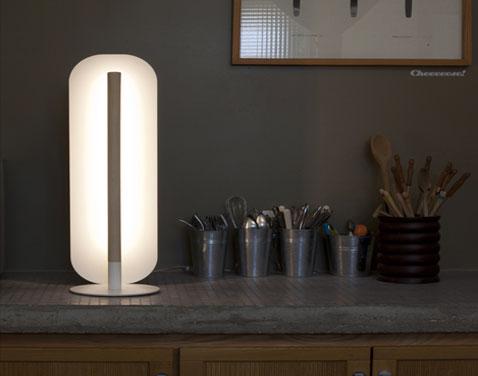Idéal pour créer une ambiance cocoon dans le salon ou la chambre, une lampe à poser chez Goodbye Edisone