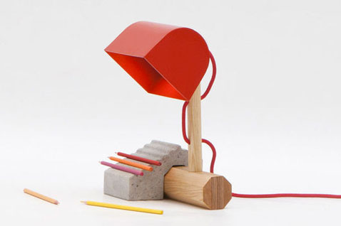Lampe de bureau esprit légo à assembler, le  socle est en béton, pied en bois, abat jour en acier rouge