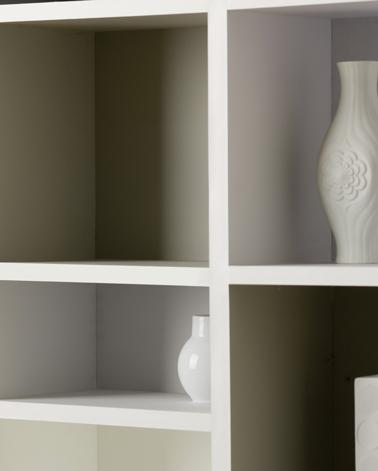 peindre bibliothèque salon avec peinture couleur gris taupe en dégradé pour mettre en valeur les objets déco présentés dans chaque casier. Peinture Astral