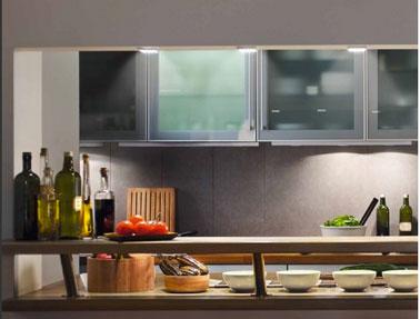 Dans la cuisine, plan de travail et meubles hauts mis en valeur avec des éclairage LED de chez Osram