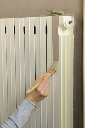 """Pour appliquer une peinture radiateur commencez par peindre les parties difficiles d'accès avec un pinceau""""queue de morue"""" puis les parties planes avec un petit rouleau. Appliquez deux couches de peinture en respectant les temps de séchage."""