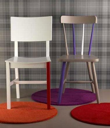 Relooker des chaises de cuisine avec plusieurs couleurs de peinture de façon asymétrique