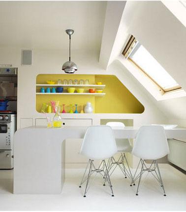 dans une cuisine blanche, un jaune vif en petites touche apporte une note vitaminée.