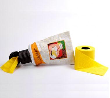 Un dérouleur de papier toilette pour une décoration des wc avec un clin d'oeil à Picasso. Le dérouleur est livré avec deux rouleaux de papier toilette couleur jaune